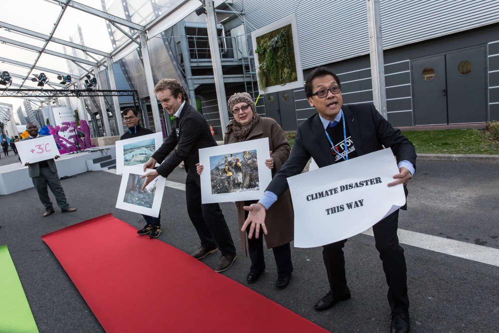 Lundi 7 décembre. Des manifestants à l'entrée du site de la COP21 au Bourget.