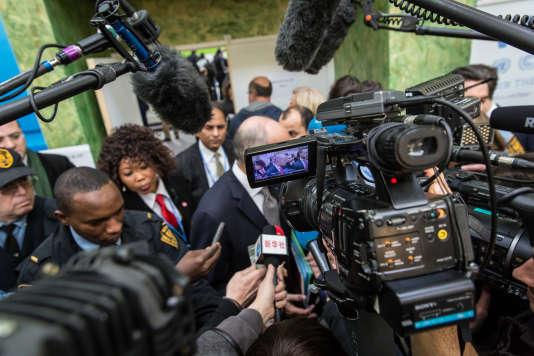 Laurent Fabius en déplacement dans les stand de la COP 21