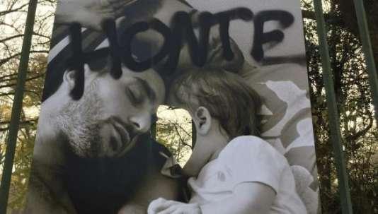 """L'un des panneaux de l'exposition """"Les Couples de la République"""" vandalisés à Toulouse."""