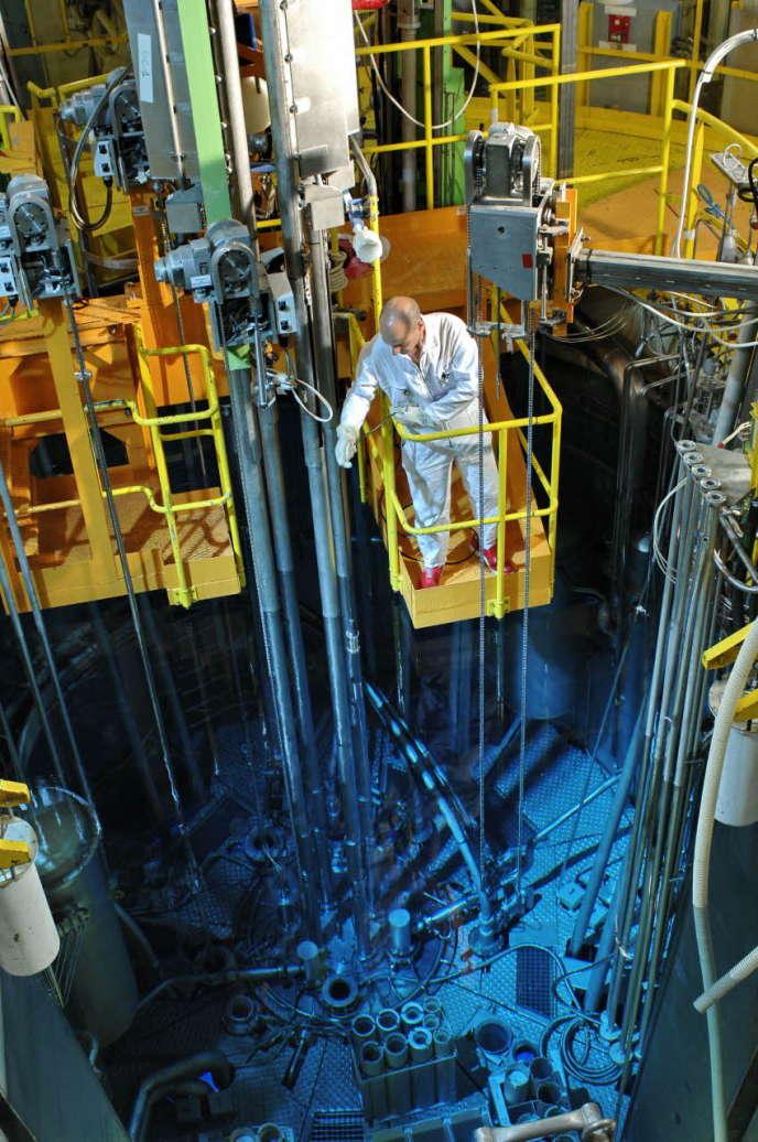 Les réacteurs de recherche : intervention au-dessus de la piscine du réacteur Orphée, à Saclay, en 2007.