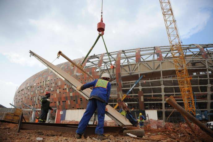 Des travailleurs sur un chantier d'un stade en 2009 à Soweto, alors que le pays accueillait la Coupe du monde de football l'année suivante.