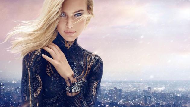 Les montres pour femme représentent 25 % du chiffre d'affaires de la marque Hublot,  qui a dévoilé cette année son modèle Broderie, avec pour égérie la top-modèle Bar Refaeli.