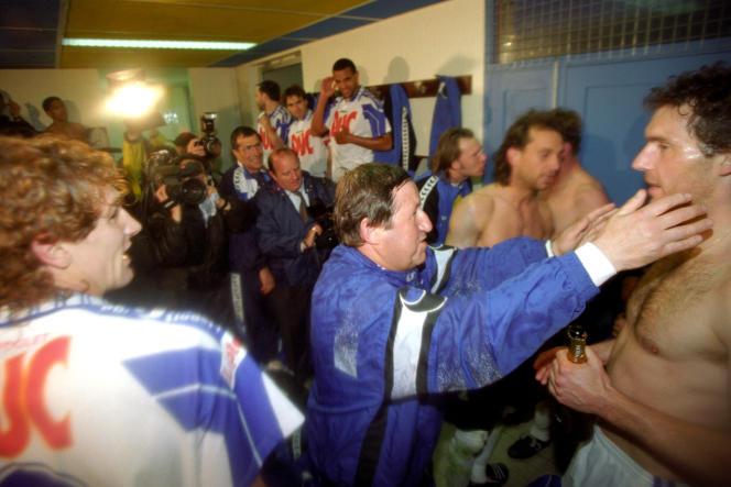Guy Roux embrasse Laurent Blanc après le match nul d'Auxerre, sacré pour la première fois champion de France, à Guingamp, le 11 mai 1995.