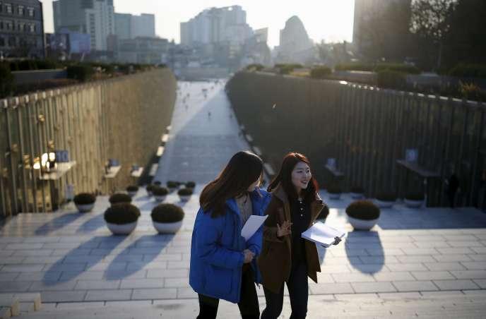 Des étudiantes à Séoul, le 30 novembre 2015.