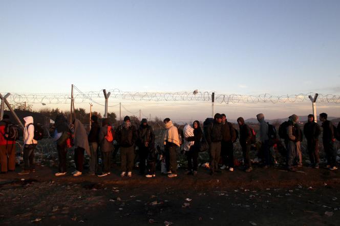 Des réfugiés syriens attendent à Idomeni, à la frontière entre la Grèce et la Macédoine, le 8 décembre 2015.