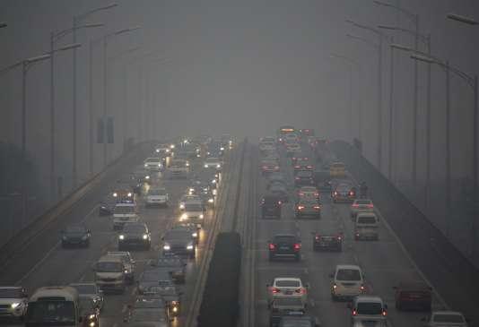 Circulation à Pékin, pendant l'alerte rouge pollution, le 8 décembre.