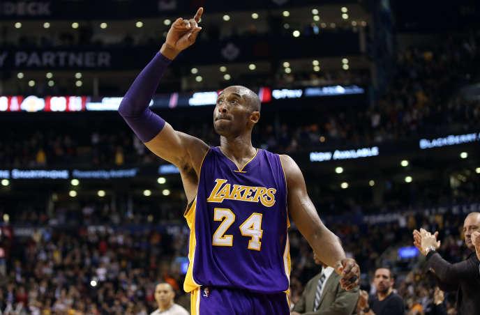 Kobe Bryant salue la foule en match NBA à Toronto, le 7 décembre 2015.