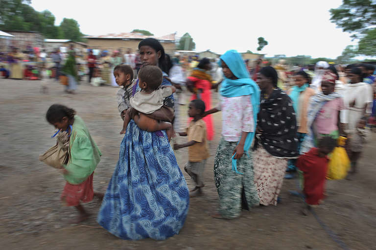 File d'attente devant un centre de soin de Médecins sans frontières dans la ville d'Ajii Shalla en septembre 2008 dans le cadre d'un épisode de sécheresse et de famine. Huit millions de personnes ont eu besoin d'une aide alimentaire urgente.