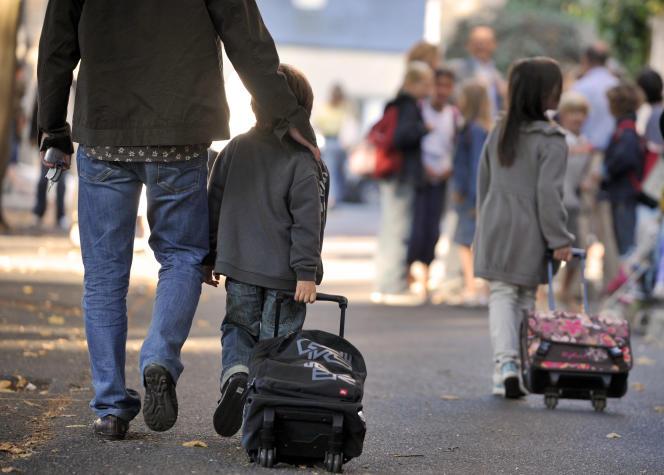 Des études montrent qu'il n'y a pas de lien établi entre le montant, ou la nature publique ou privée, de l'investissement et la réussite des élèves (Photo: des enfants arrivent le 31 août 2009 à l'école maternelle et primaire Notre Dame à Caen).