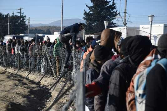 Des migrants attendent une distribution de nourriture près d'Idomeni, en Grèce, le 8 décembre 2015.