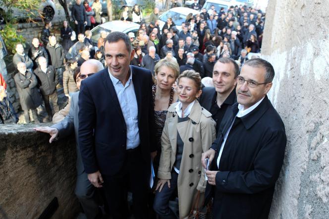 Gilles Simeoni (à gauche) et Jean-Guy Talamoni (à droite) annoncent leur liste de fusion à Corte, le 8 décembre 2015.