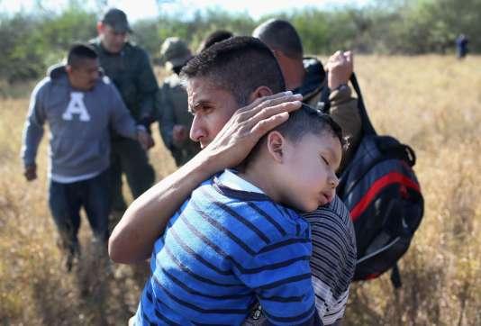 Des migrants sans papiers sont interceptés à la frontière mexicaine. Depuis plusieurs mois, de plus en plus d'hommes, de femmes et d'enfants d'Amérique centrale tentent de trouver refuge aux Etats-Unis.
