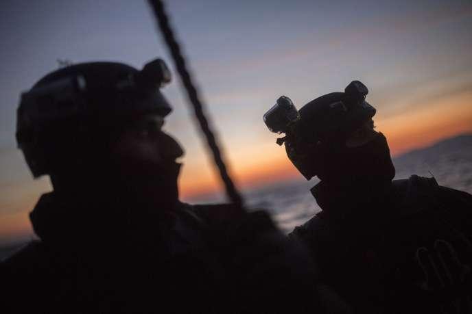 Des membres de Frontex, le 8 décembre à Lesbos.