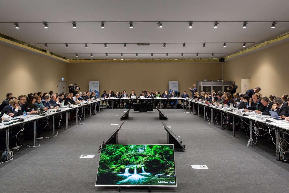 La réunion est présidée par la ministre de l'environnement luxembourgeoise Carole Dieschbourg (au centre).