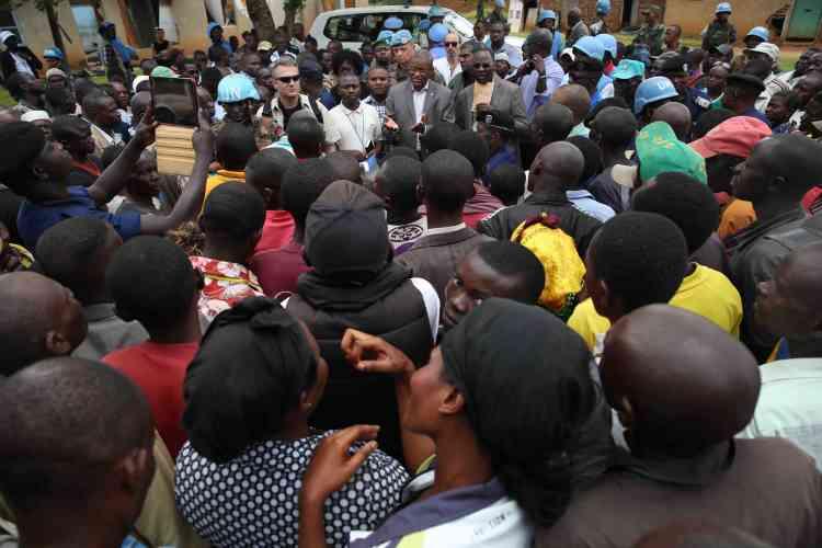 Le représentant spécial du secrétaire général des Nations unies, Maman Sidikou, s'entretient avec la population locale d'Eringeti. Il a promis un soutien accru de la Monusco à l'armée congolaise pour vaincre les rebelles ADF-Nalu.