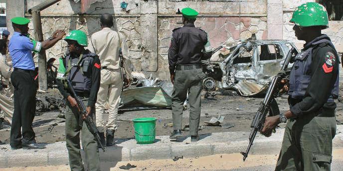 Des troupes de l'Union africaine en Somalie (Amisom) patrouillent à Mogadiscio après une explosion près de l'aéroport le 3 décembre.