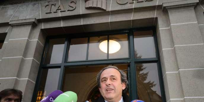 Lundi 21 décembre, Michel Platini a été suspendu pour huit ans de toute activité liée au football par le comité d'éthique de la Fédération internationale de football (FIFA). Cette suspension, à effet immédiat, a été assortie d'une amende de 80 000 francs suisses (74 000 euros).