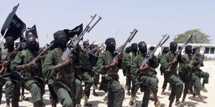 Des nouvelles recrues Chabab lors d'un entrainement à Lafofe, à 18 kilomètres au sud de la capitale somalienne Mogadiscio, le 17 février 2011.