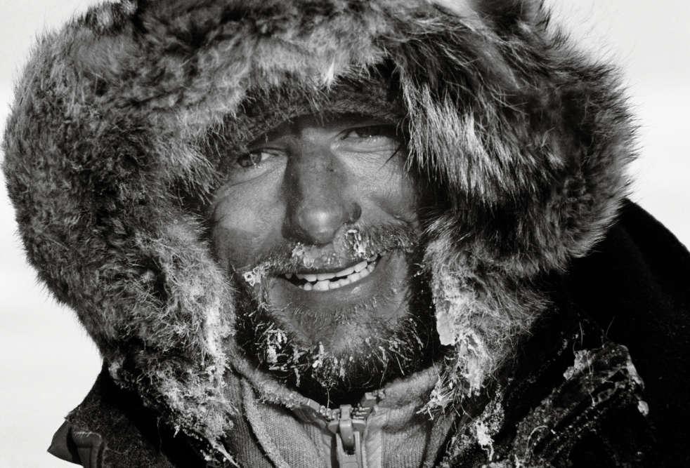 Jean-Louis Etienne est parti seul, le  6 mars 1986, de l'île de Ward Hunt, dans le nord du  Canada, pour atteindre le pôle Nord, 63 jours plus tard,  le 14 mai 1986.