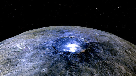 Le cratère Occator, sur l'astéroïde Cérès, abrite une brillante tache blanche constituée de sel (photo en fausses couleurs).