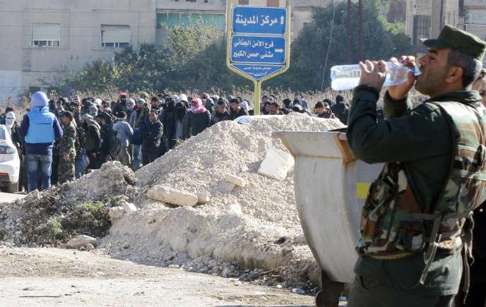 A l'entrée du quartier assiégé de Waer, à Homs, mercredi 9 décembre.