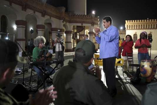"""Lors de son émission télévisée hebdomadaire, le président vénézuélien Maduro a réclamé un """"sursaut"""" et la démission de son gouvernement."""