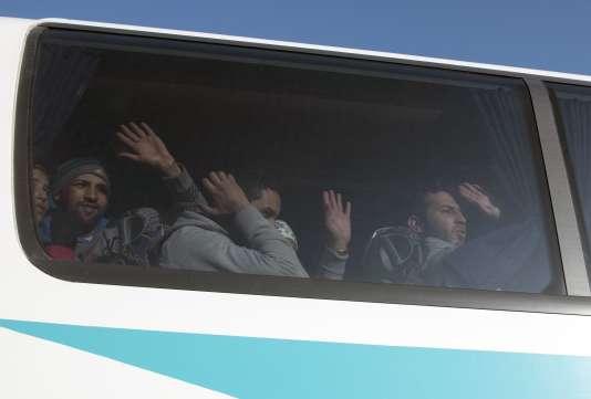 Des migrants dans un bus affrété par la police pour les emmener à Athènes depuis Idomeni, à la frontière avec la Macédoine, mercredi 9 décembre 2015.