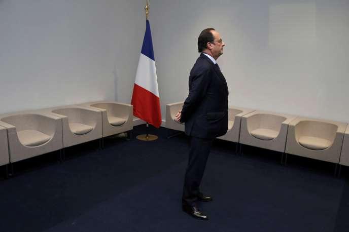 François Hollande attend dans les coulisses avant une rencontre bilatérale au premier jour de la COP21, le 30 novembre, au Bourget (Seine-Saint-Denis).