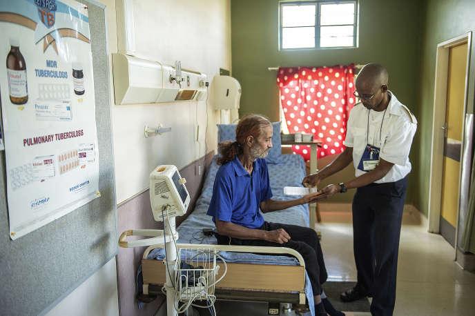 Un ancien malade de la tuberculose prend son traitement à l'hôpital de Klerksdorp en Afrique du Sud, en mars 2015.