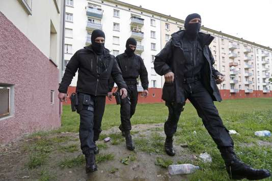 Des forces de police lors d'une opération antidjihadistes dans le quartier de La Meinau, à Strasbourg, le 13 mai 2014.