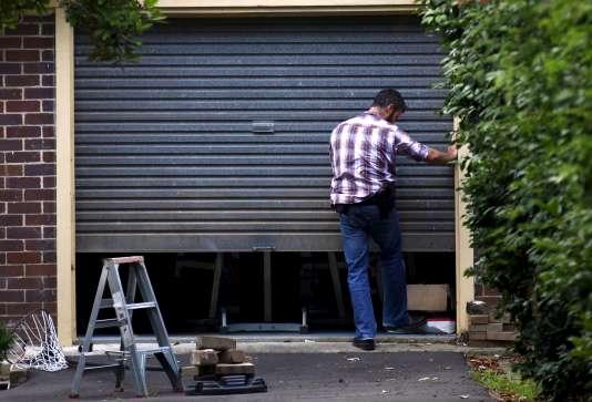Un policier australien lors de la perquisition de la maison de Craig Steven Wright, en banlieue de Sydney, le 9 décembre.