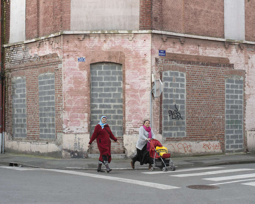 """Il y a comme une impression d'abandon dans cet entrelacs de ruelles de Roubaix. Les fenêtres murées, d'autres obstruées par des planches. Les murs de certaines maisons semblent peler. Pourtant, les habitants continuent à y vivre tant bien que mal.  """"Ça fait trente ans qu'on attend la rénovation de ce quartier. Mais il faut qu'elle se fasse avec eux, pas contre eux"""", dit Ali Rahni, un militant associatif."""