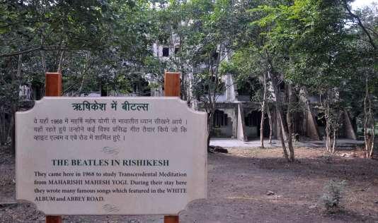 Un panneau rappelle que les Beatles ont séjourné avec leur gourou Maharishi Mahesh Yogi à Rishikesh, en 1968.