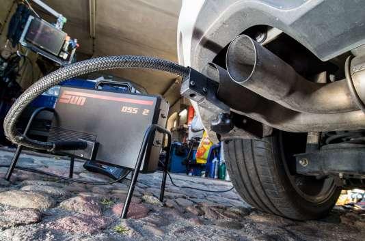Mesure des émissions d'un moteur diesel sur une Volkswagen Golf, à Frankfurt-an-der-Oder, en Allemagne, en octobre 2015.