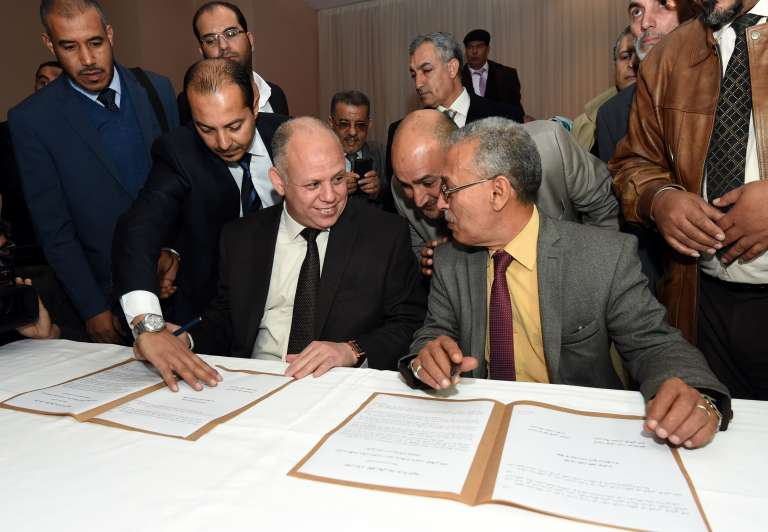 Signature de la Déclaration de Tunis, le 6décembre, entre les représentants des deux pouvoirs rivaux, Awad Mohammed Abdul-Sadiq (à gauche), pour le CGN, et Ibrahim Fethi Amish, pour le Parlement de Tobrouk.