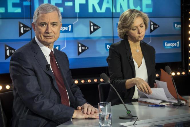 Les têtes de listes au second tour des élections régionales en Ile de France, Claude Bartolone (PS) et Valérie Pécresse (LR), s'apprêtent à participer à un débat organisé par Europe 1 et Itélé, le 9 novembre 2015 sur le plateau de télévision de la chaîne Itélé à Boulogne-Billancourt.