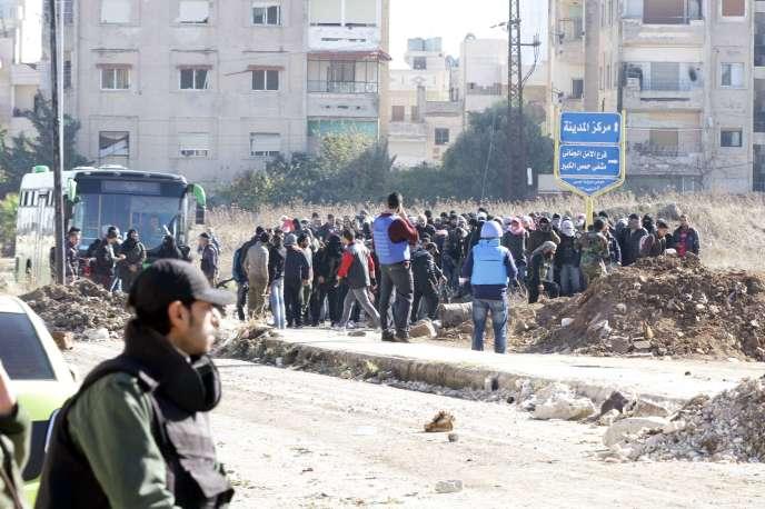Des rebelles syriens évacués par les forces du régime, le 9 décembre.