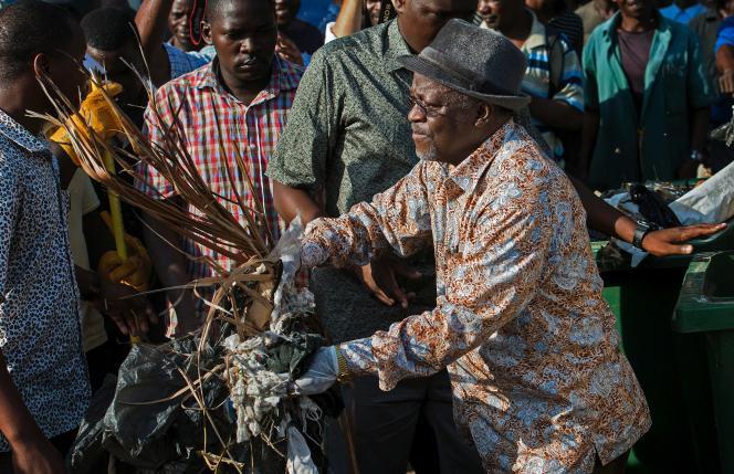 Le président tanzanien John Maguful en pleine opération de nettoyage dans une rue de Dar es-Salaam.