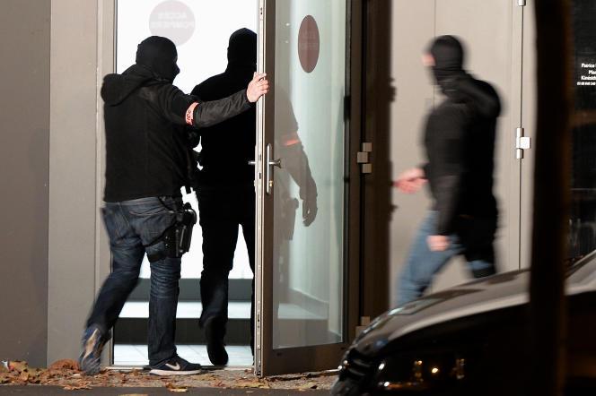 Une perquisition à Strasbourg le 16 novembre 2015 pendant l'enquête sur les attentats à Paris trois jours plus tôt.