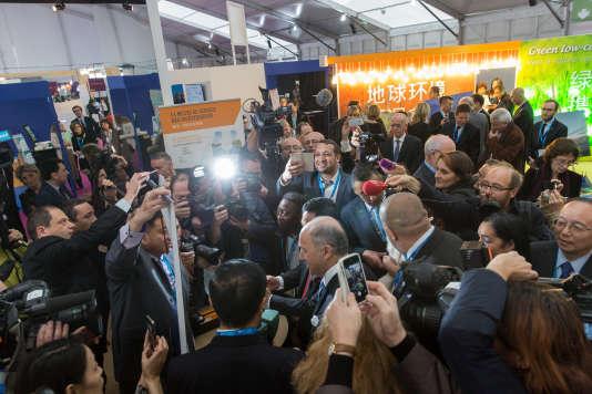 Laurent Fabius a l'espace de la galerie des solutions de la COP 21 au Bourget, le 2 décembre 2015.