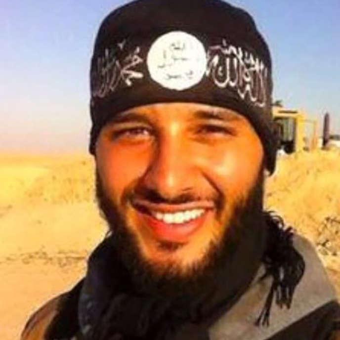 Cette  photo de Foued Mohamed-Aggad tout sourire, affublé d'un bandeau aux couleurs de l'EI, a été retrouvé sur le téléphone portable d'un des jeunes Strasbourgeois revenus de Syrie.