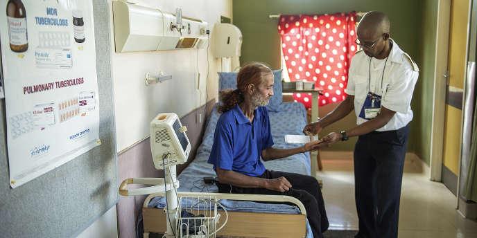 Un patient reçoit son traitement contre la tuberculose à l'hôpital Tshepong à  Klerksdorp, en Afrique du Sud, en mars 2015.
