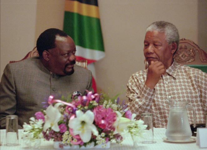 Jonas Savimbi, fondateur et chef du parti angolais Unita, le 7 janvier 1997, lors des négociations de paix menées sous l'égide du président sud-africain Nelson Mandela.