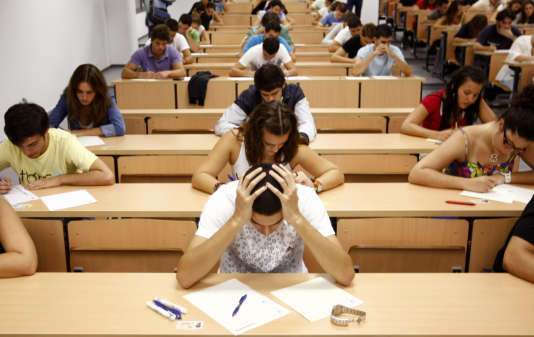 Selon une étude récente auprès de cinquante universités américaines, la triche aux examens serait en moyenne cinq fois plus répandue chez les étudiants étrangers que chez les jeunes américains.