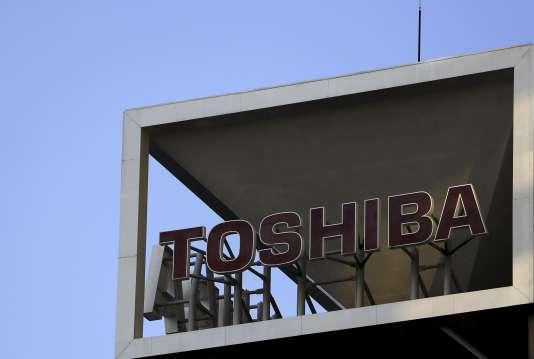 Le conglomérat industriel japonais Toshiba a annoncé, lundi 21 décembre, la suppression de 6 800 postes dans ses activités d'électronique grand public.