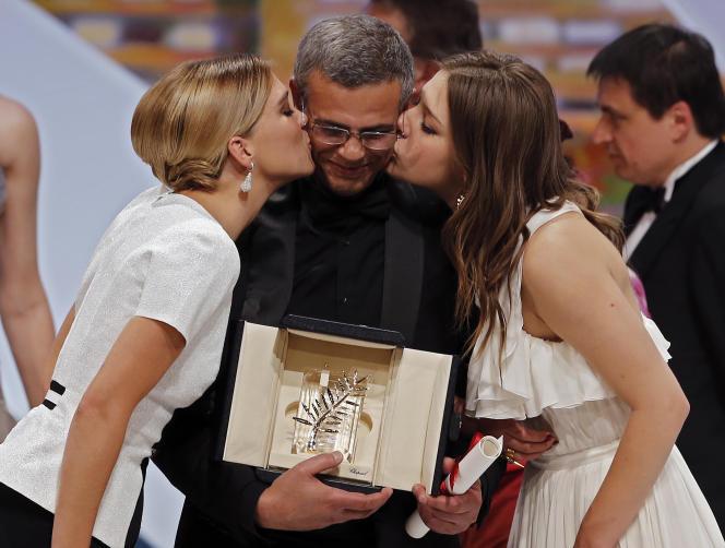Le réalisateur Abdellatif Kechiche et ses deux actrices Léa Seydoux (à Gauche) et Adèle Exarchopoulos, au festival de Cannes en mai 2013.