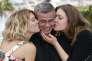 Le cinéaste Abdellatif Kechiche entouré des actrices Lea Seydoux et Adele Exarchopoulosle 23 mai 2013, à Cannes.