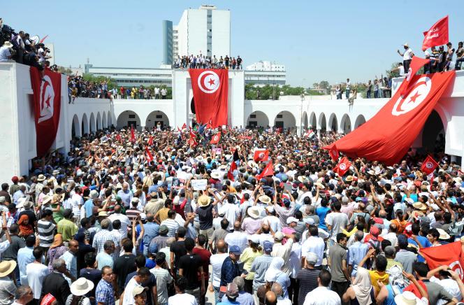Rassemblement à Tunis, le 27 juillet 2013, pour les obsèques de l'opposant politique et député Mohamed Brahmi, assassiné deux jours plus tôt.