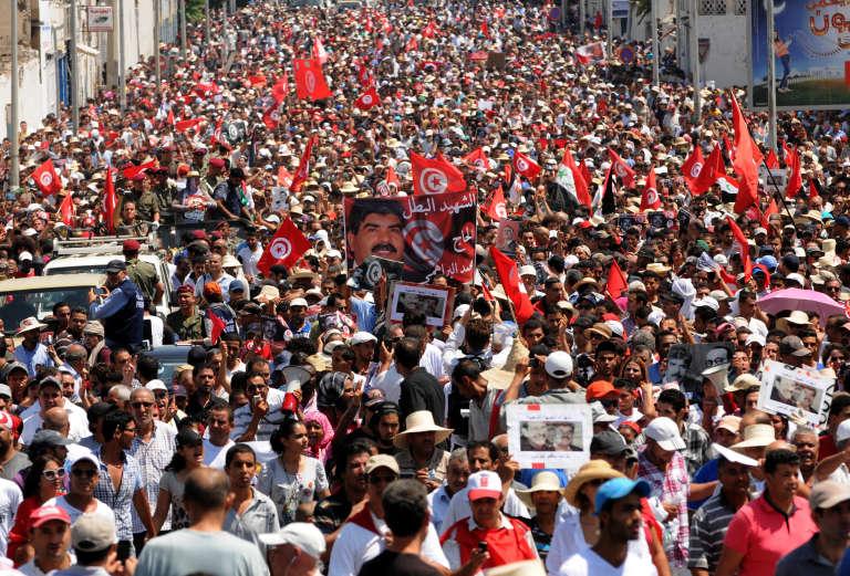 A Tunis, le 27 juillet 2013, des dizaines de milliers de Tunisiens sont descendus dans la rue pour les obsèques de Mohamed Brahmi, opposant politique et député assassiné deux jours plus tôt.