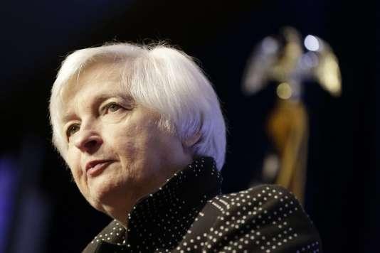 La présidente de la Réserve fédérale américaine, Janet Yellen, le 2 décembre 2015, à Washington. La Fed a cessé le « quantitative easing » il y a un an et s'apprête à entamer un cycle de hausse des taux d'intérêt.
